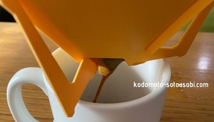 テトラドリップ ペーパーから出るコーヒー